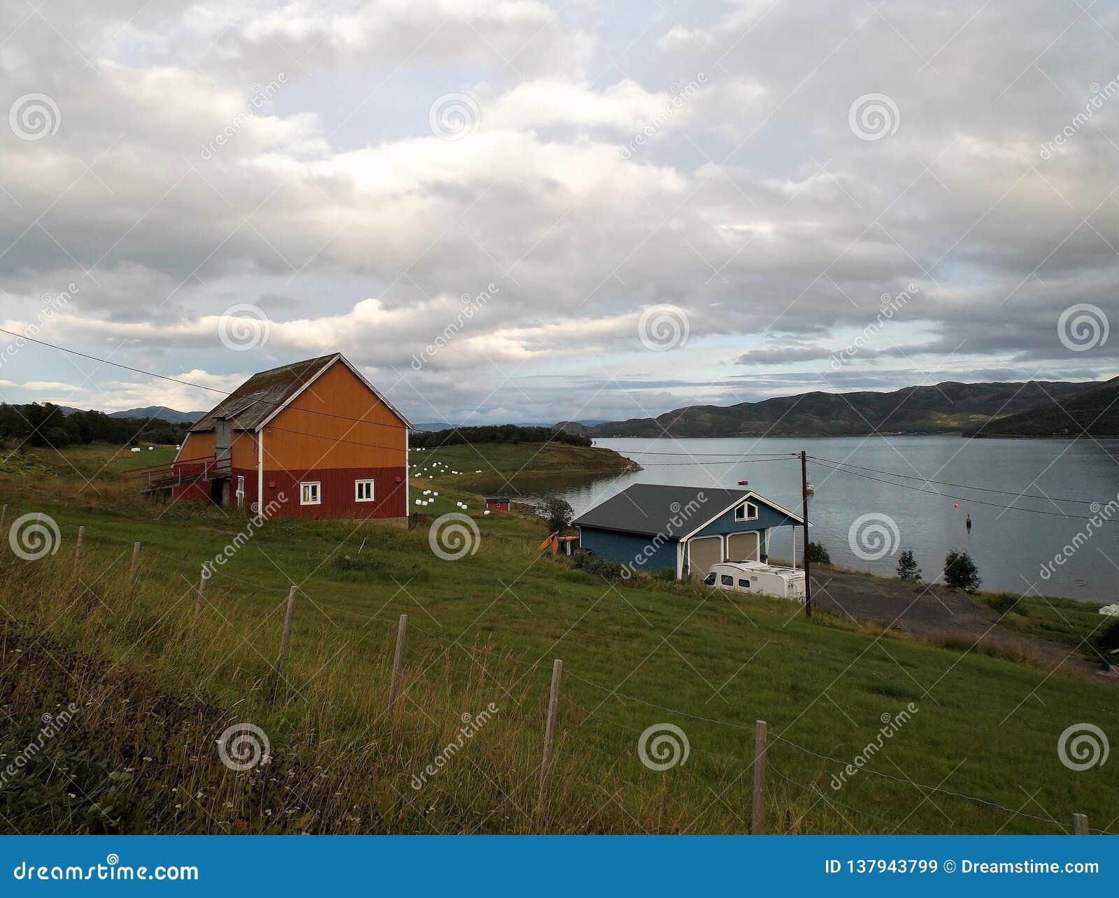 Гавань 2 городка фьорда Talvik Норвегии
