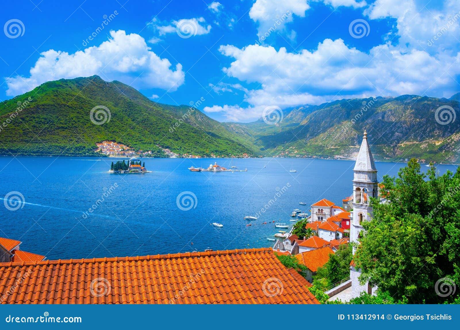 Гавань и старинные здания в солнечном дне на заливе Boka Kotorska Boka Kotor, Черногории