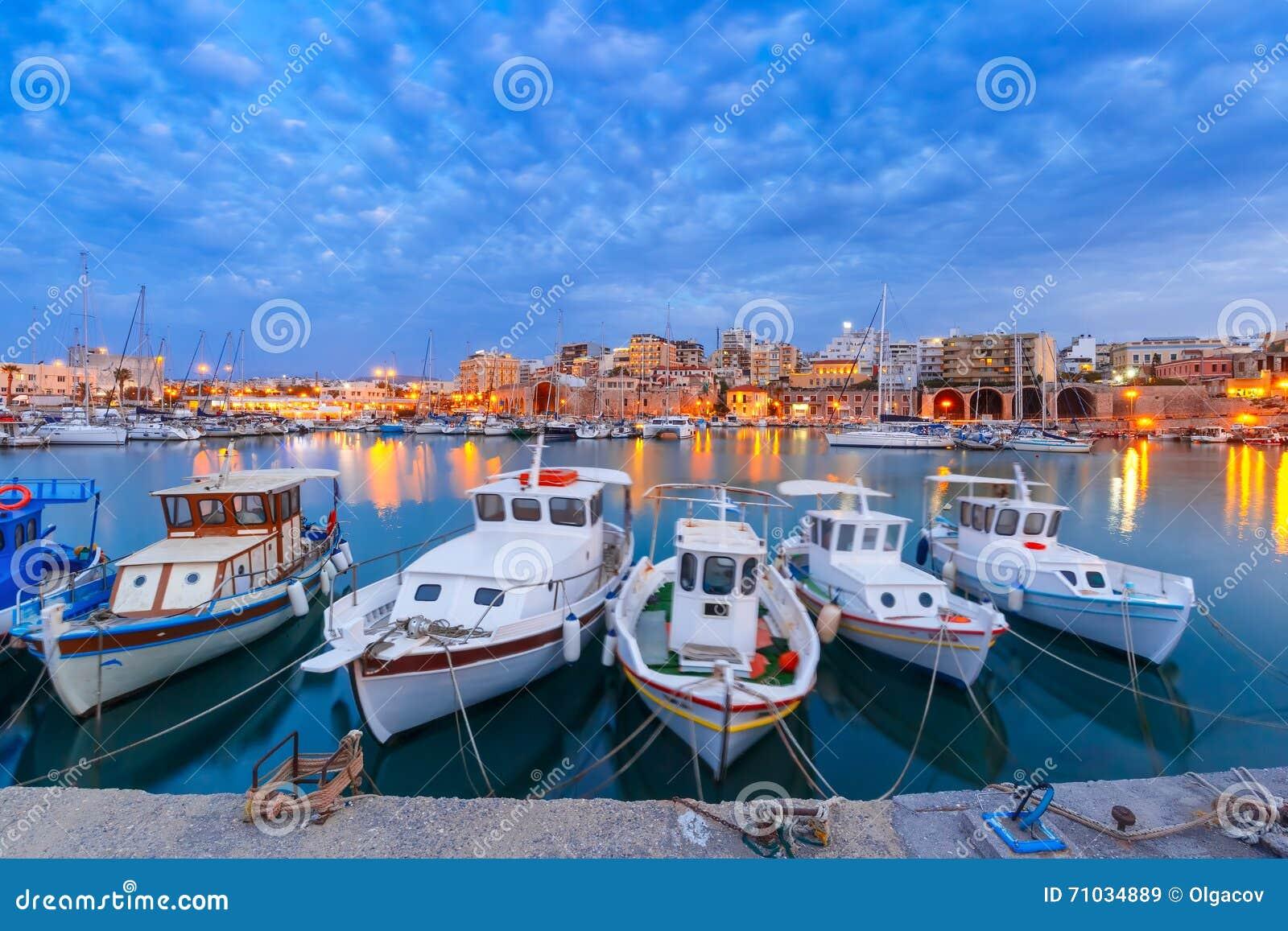 Гавань ночи старая ираклиона, Крита, Греции