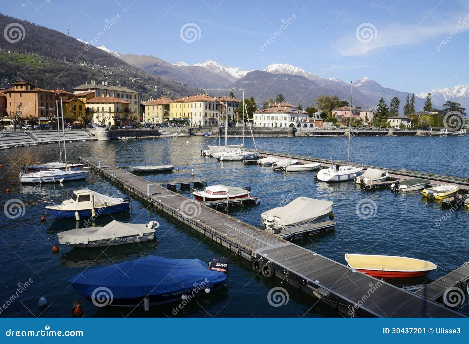 Гавань Dongo и озеро, Como, Италия