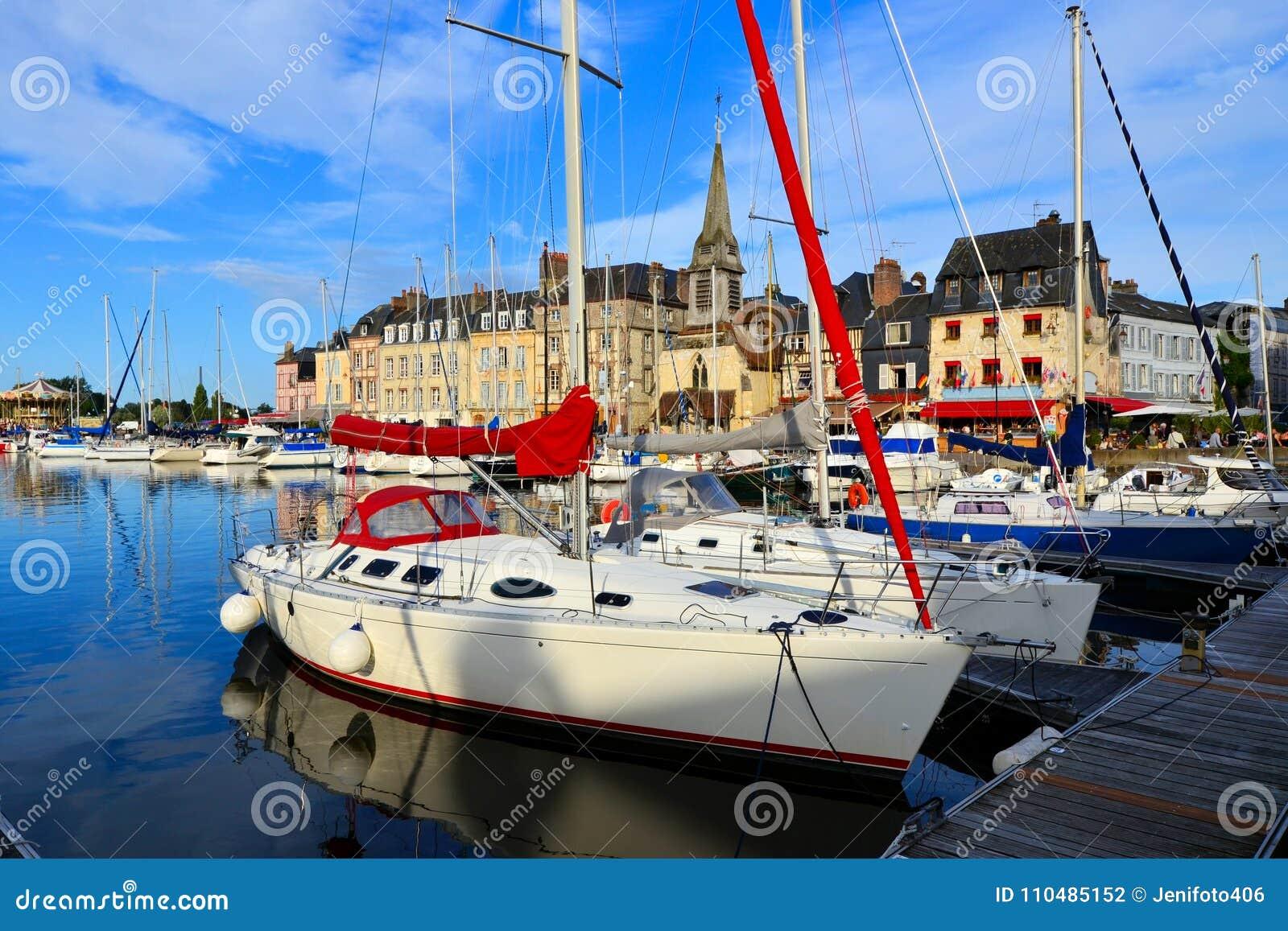Гавань Honfleur с концом вверх шлюпок, Франции