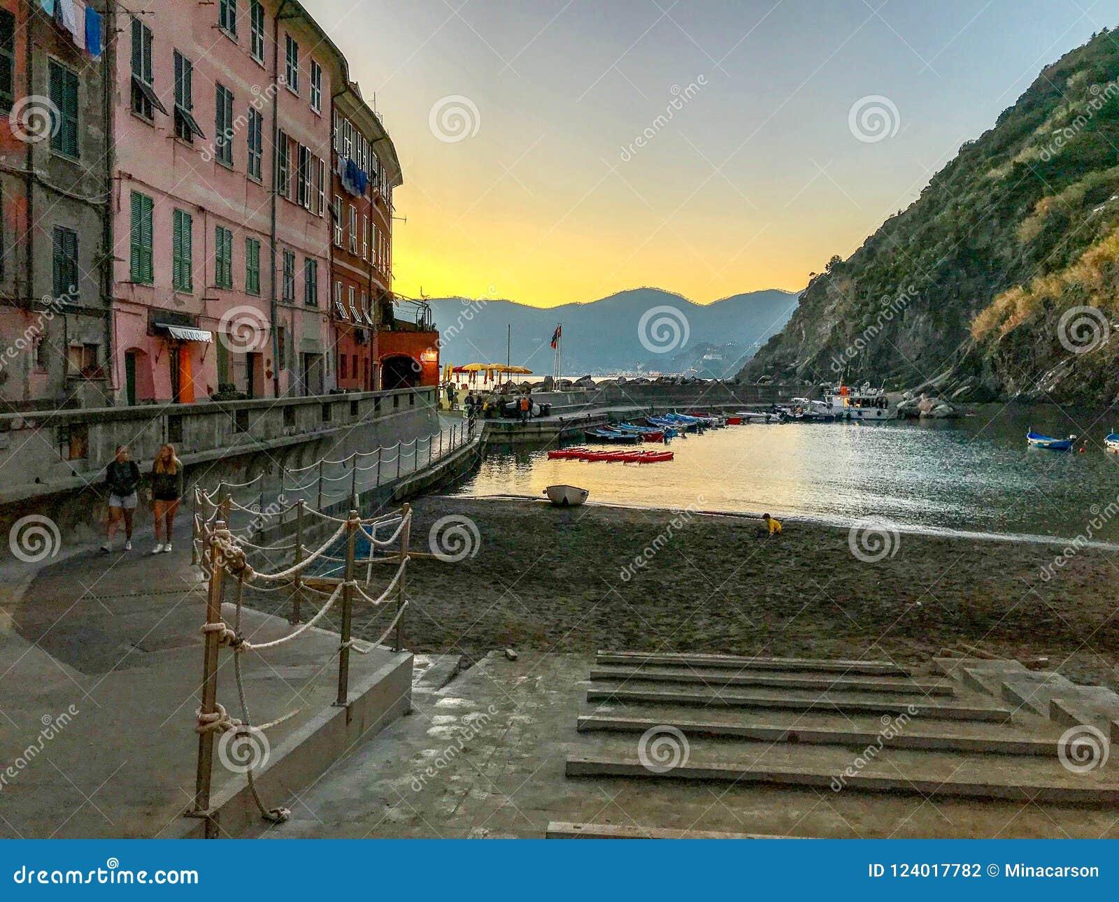 Гавань Vernazza в свете раннего вечера: Cinque Terre, Италия