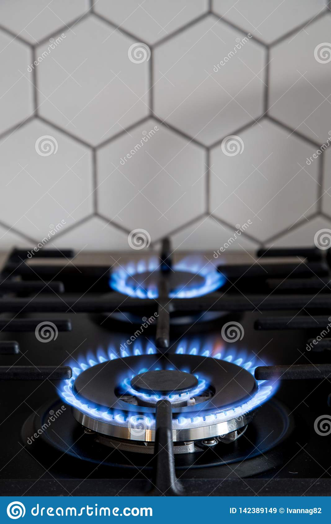 Газовая горелка на черной современной плите кухни Плита газа кухни с горя газом пропана огня