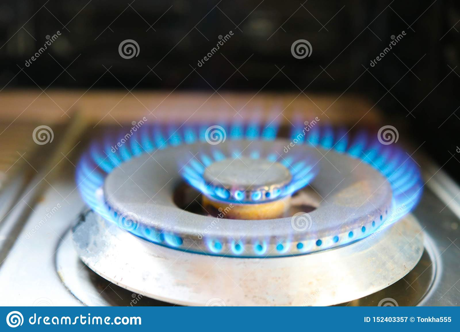 Газовая плита machanic в огне кольца кухни для повара и опасности