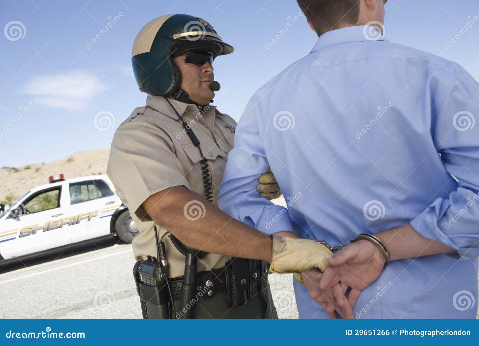 Гаишник арестовывая человека