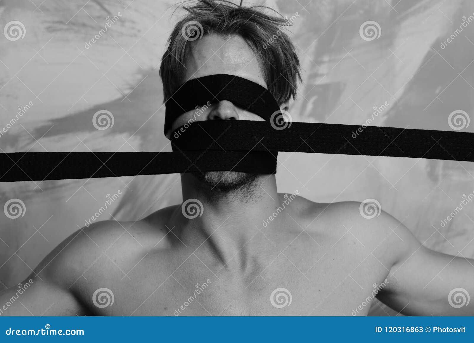 Гай при черный пояс кимоно связанный на голове Человек с покрытой стороной и нагим торсом на красочной предпосылке