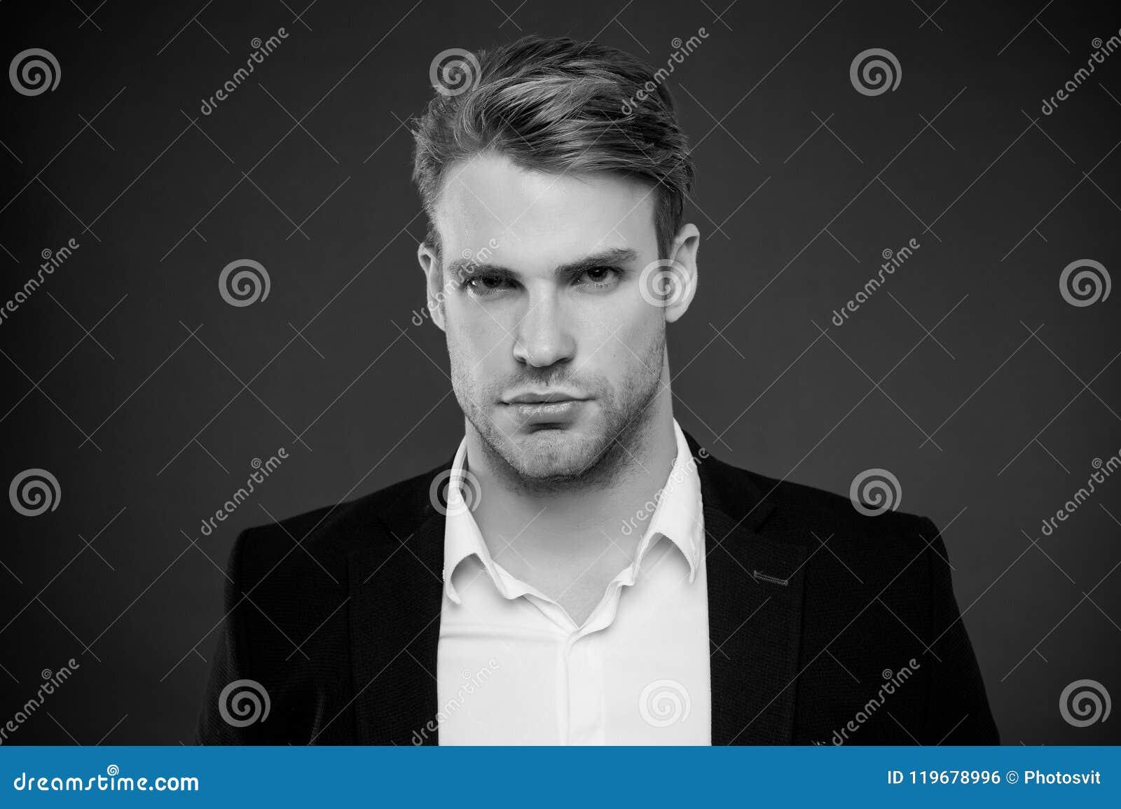 Гай уверенно в его возникновении Доверие и мужественность Человек хорошо выхоленный с предпосылкой серого цвета щетинки и стиля п