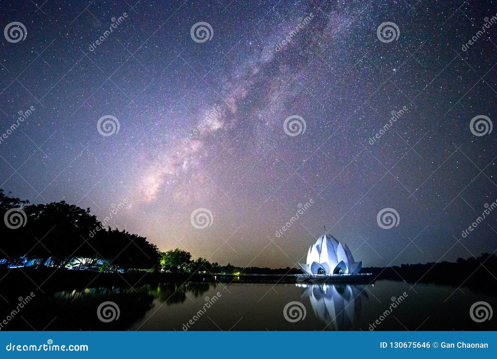 Галактика и здание сформированы как белый лотос в середине реки
