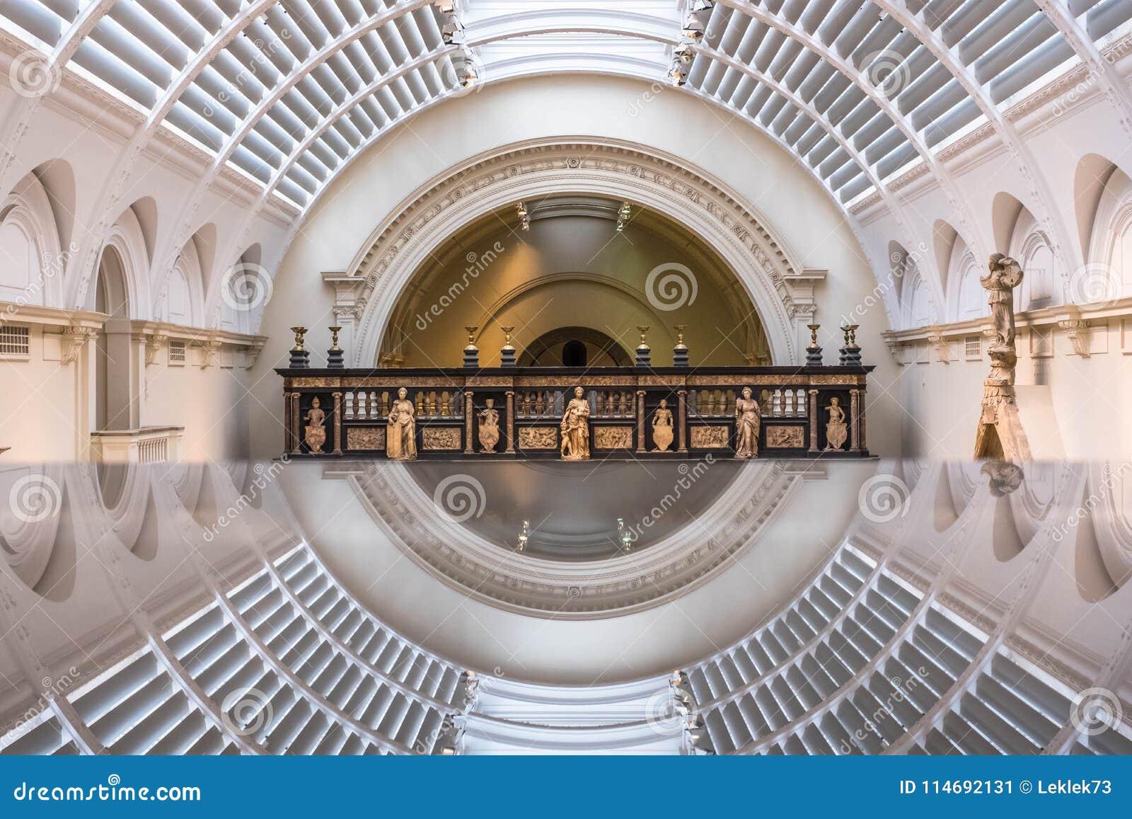 Галерея средневековых и ренессанса на музее Виктории и Альберта, Лондоне Великобритании, отраженном в стекле