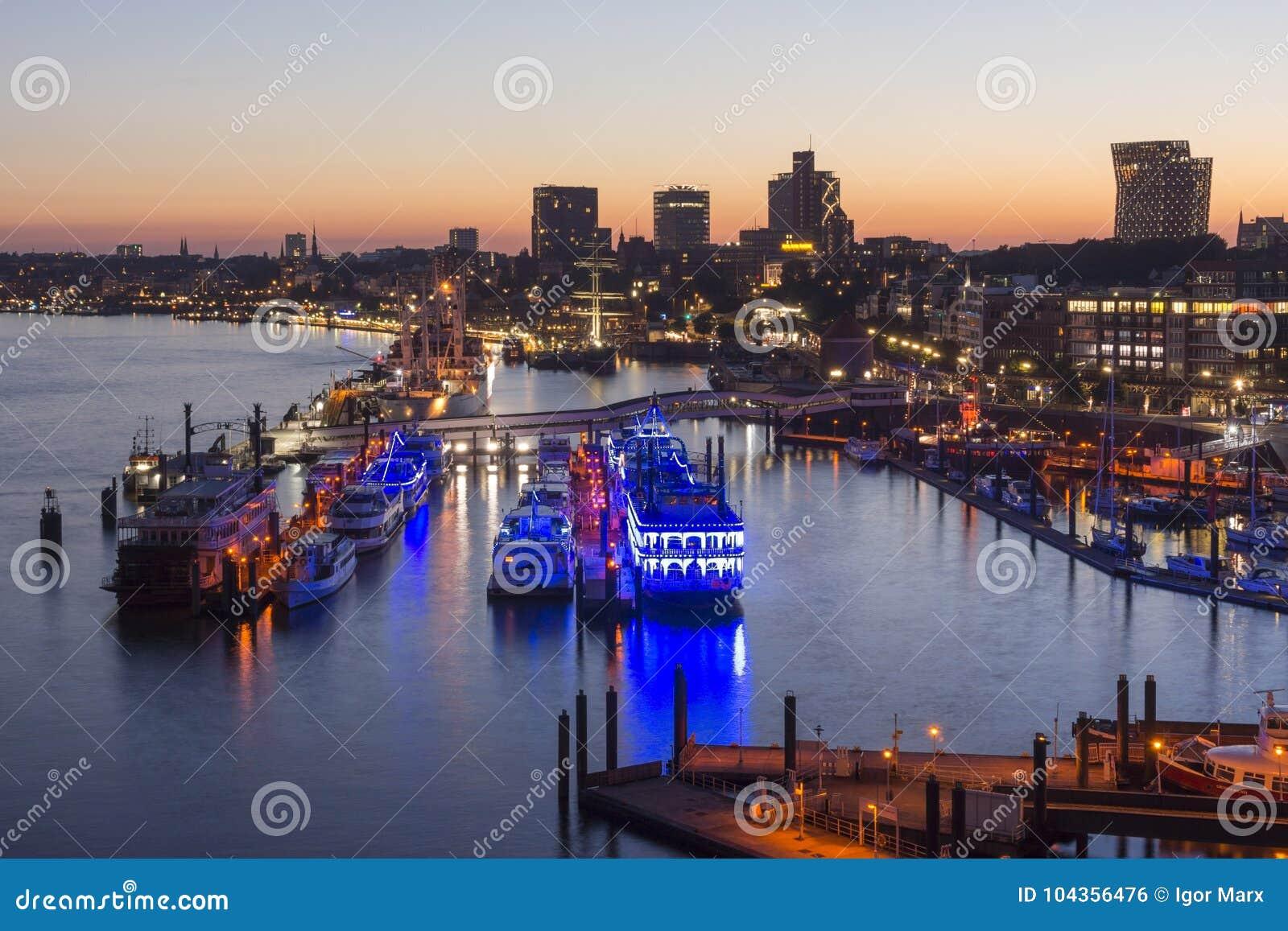 Гамбург, Германия - 18-ое июня 2017: Гавань Гамбурга на вечере лета