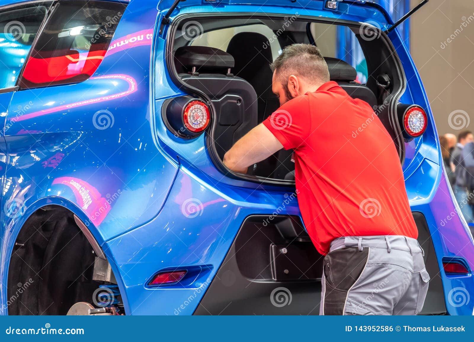 Ганновер, Германия - 2-ое апреля 2019: ЗАШЕЙТЕ Eurodrive продукция нового электрического e ИДЕТ автомобиль на