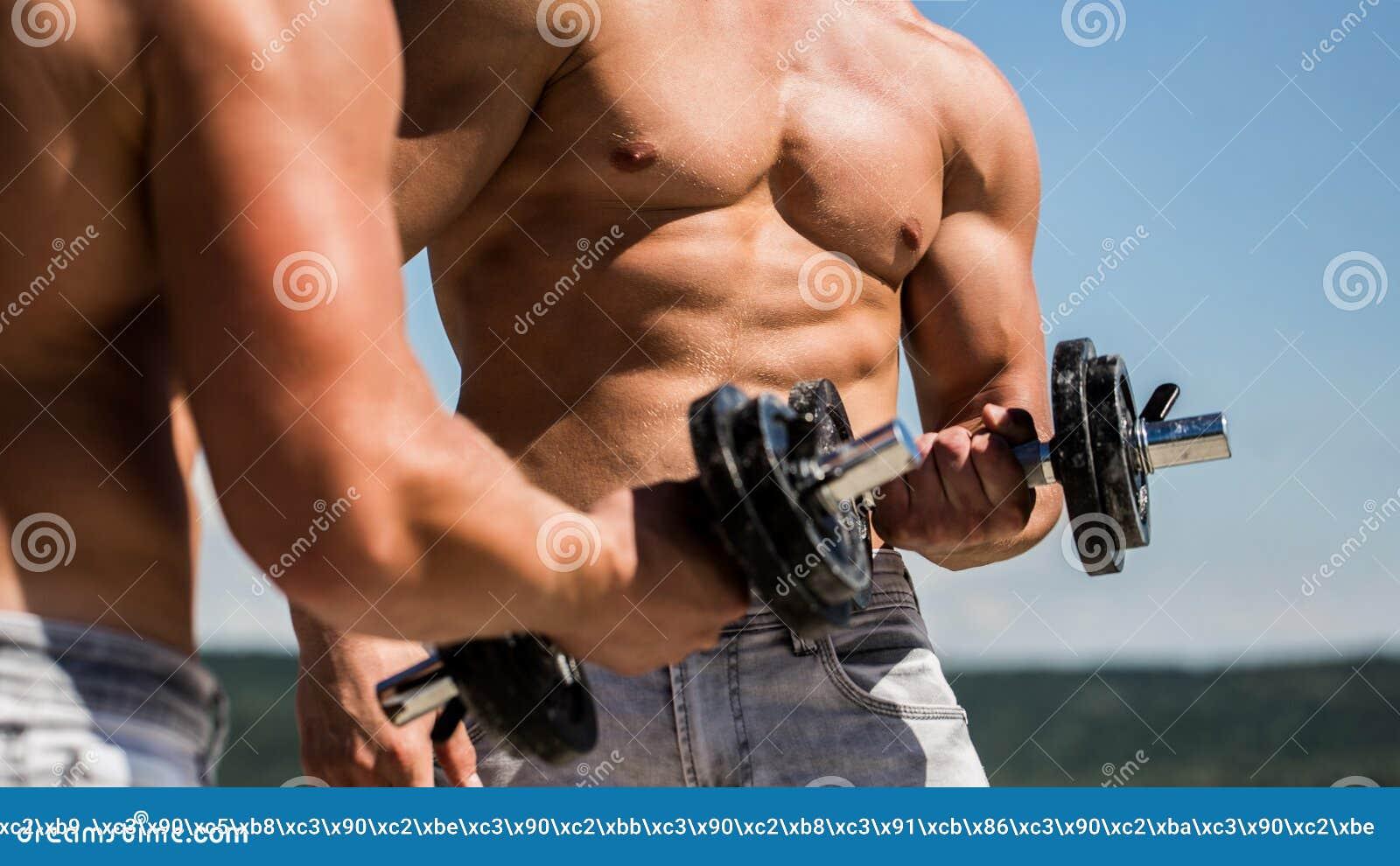 гантель Мышечные парни культуриста, тренировки с гантелями Сильный культурист, идеальные дельтовидные мышцы, плечи