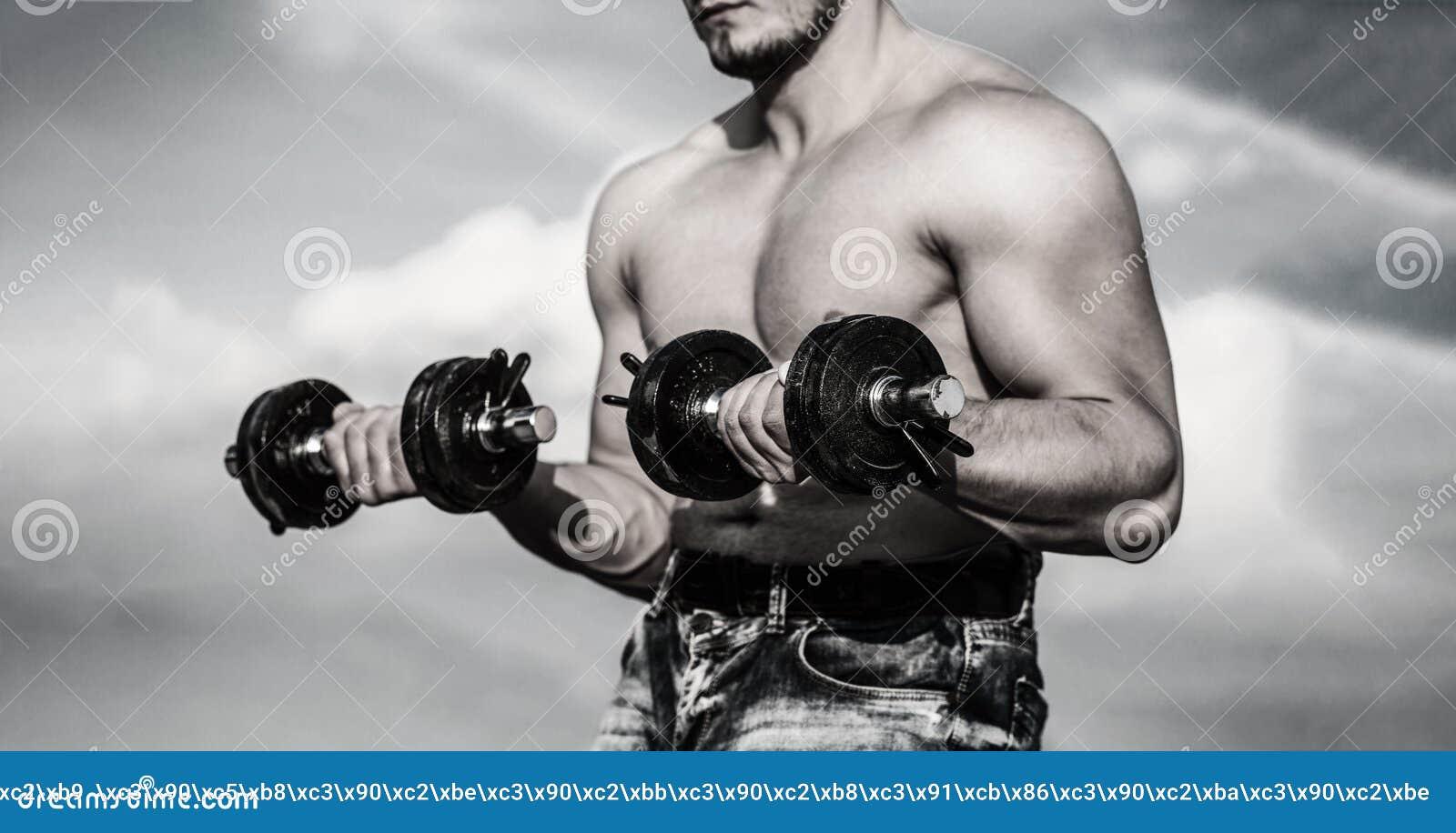 гантель Сильный культурист, идеальные дельтовидных мышцы мышц, плеч, бицепса, трицепса и комода с гантелью человек