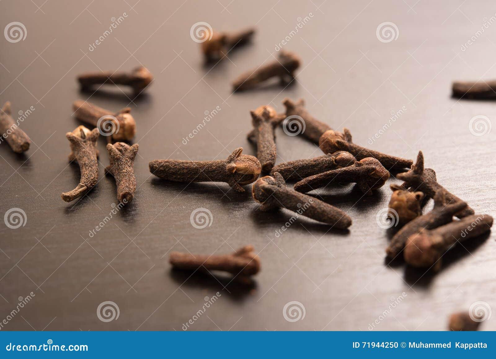 Гвоздичные деревья случайно аранжируемые в черной предпосылке