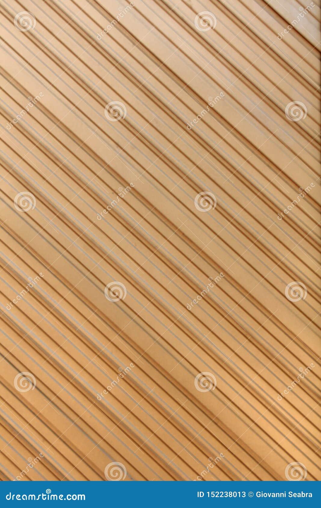 Геометрическая выдержка в металле в цвете золота