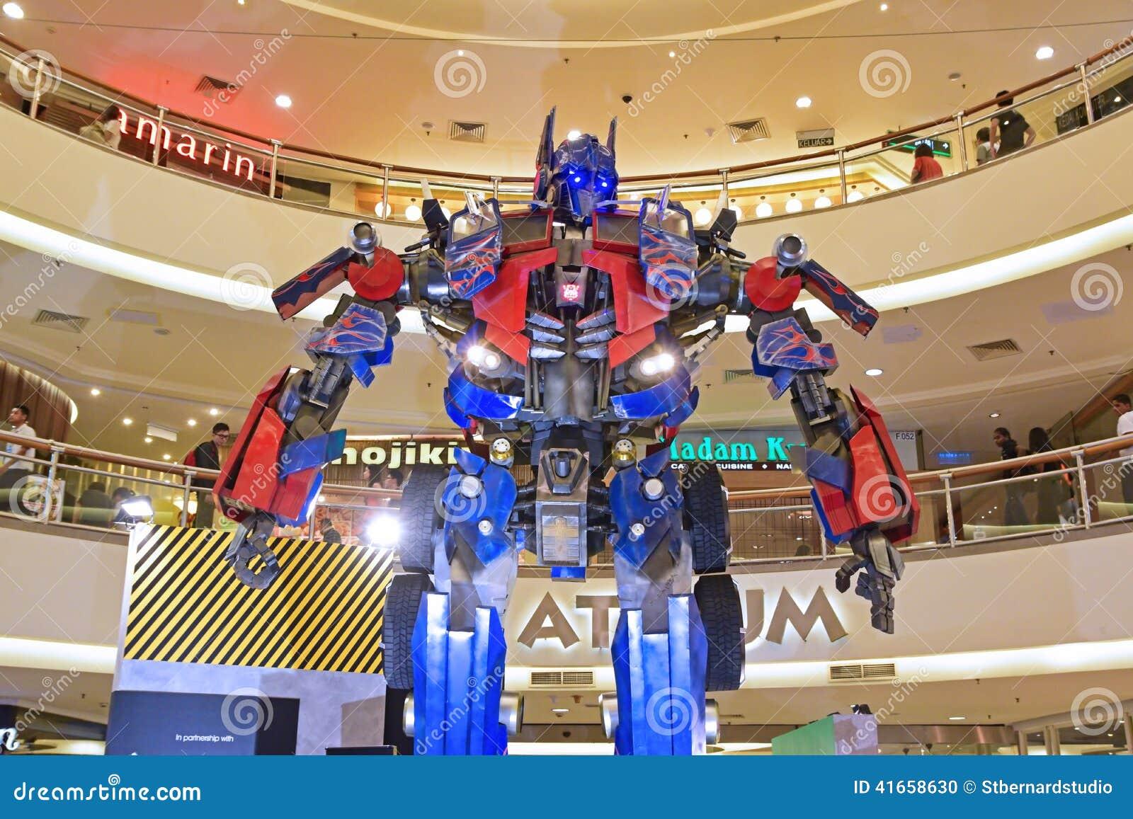 Гигантская модель главного Optimus от трансформаторов