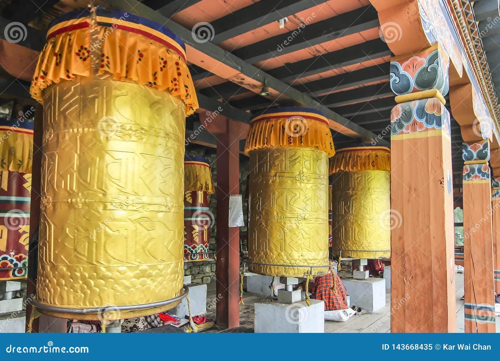 Гигантские золотые колеса молитве на Тхимпху Chorten