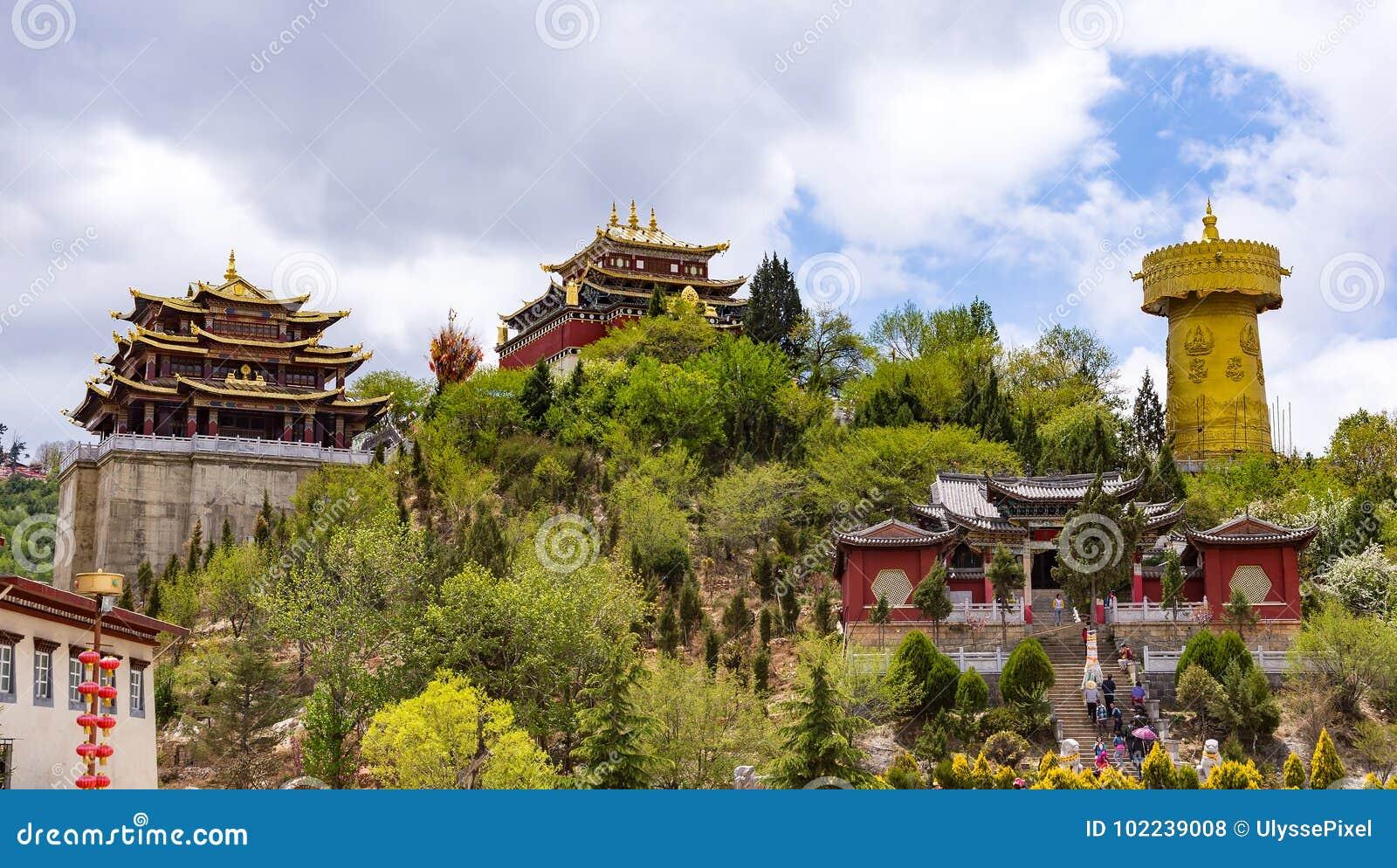 Гигантские тибетские колесо молитве и висок Zhongdian - privince Юньнань, Китай