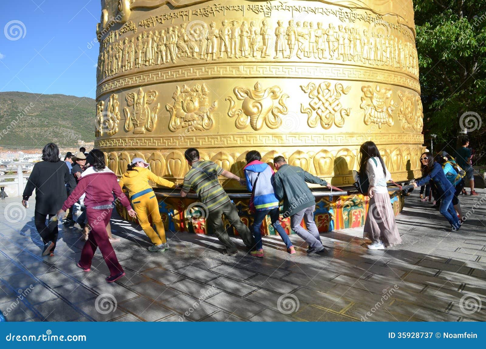 Гигантское тибетское колесо молитве