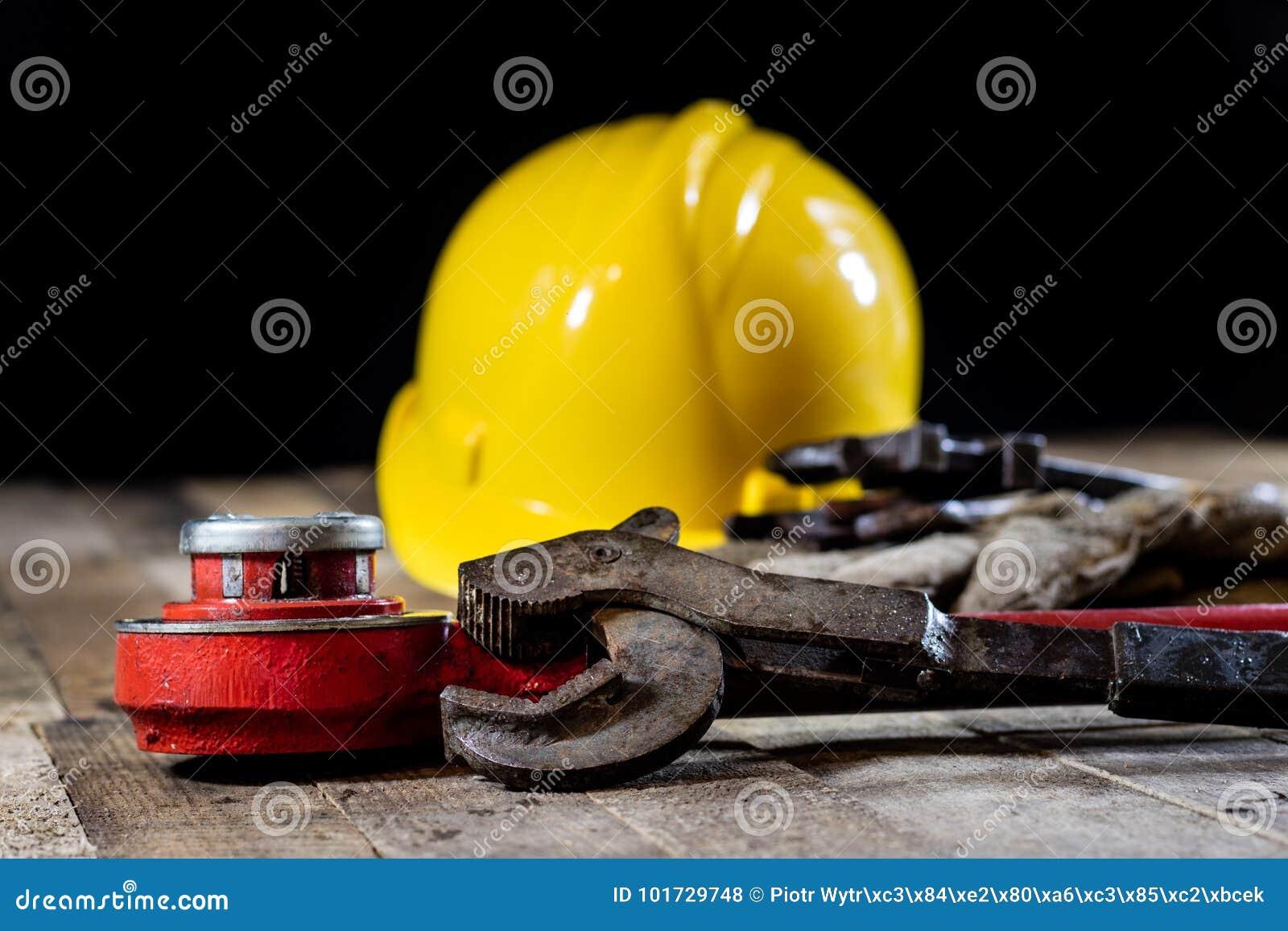 Гидротехник, инструменты для водопроводчика на деревянном столе Мастерская, ставит a на обсуждение