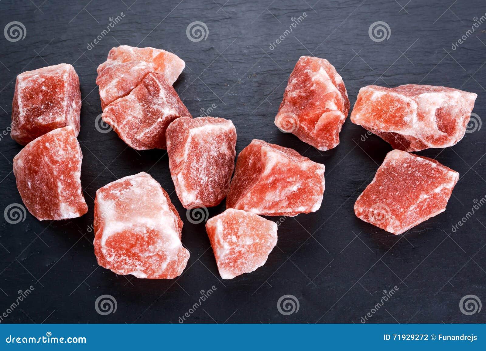 Гималайское розовое кристаллическое соль на темной предпосылке