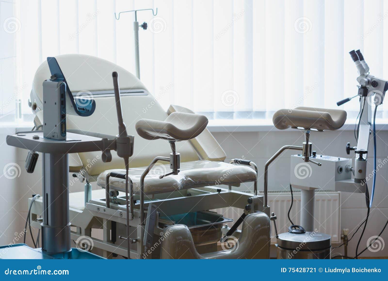 Гинекологический шкаф с стулом и медицинским оборудованием