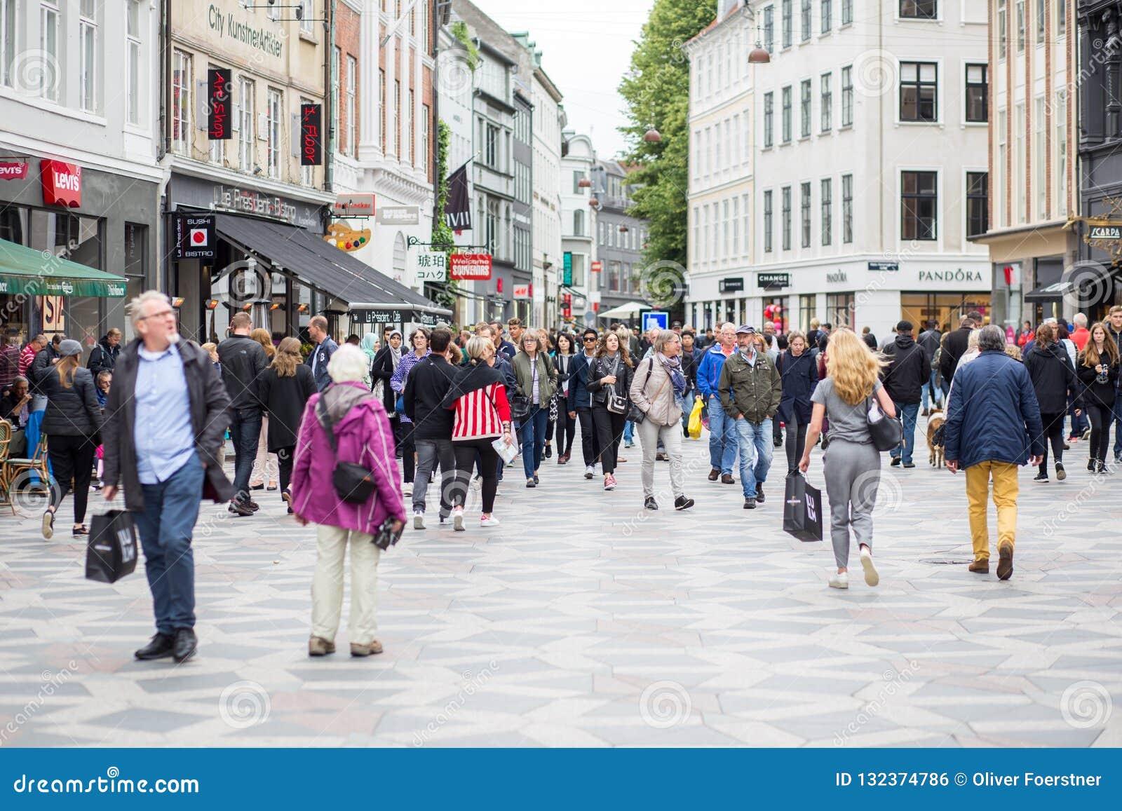 Главная торговая улица Stroget в Копенгагене, Дании