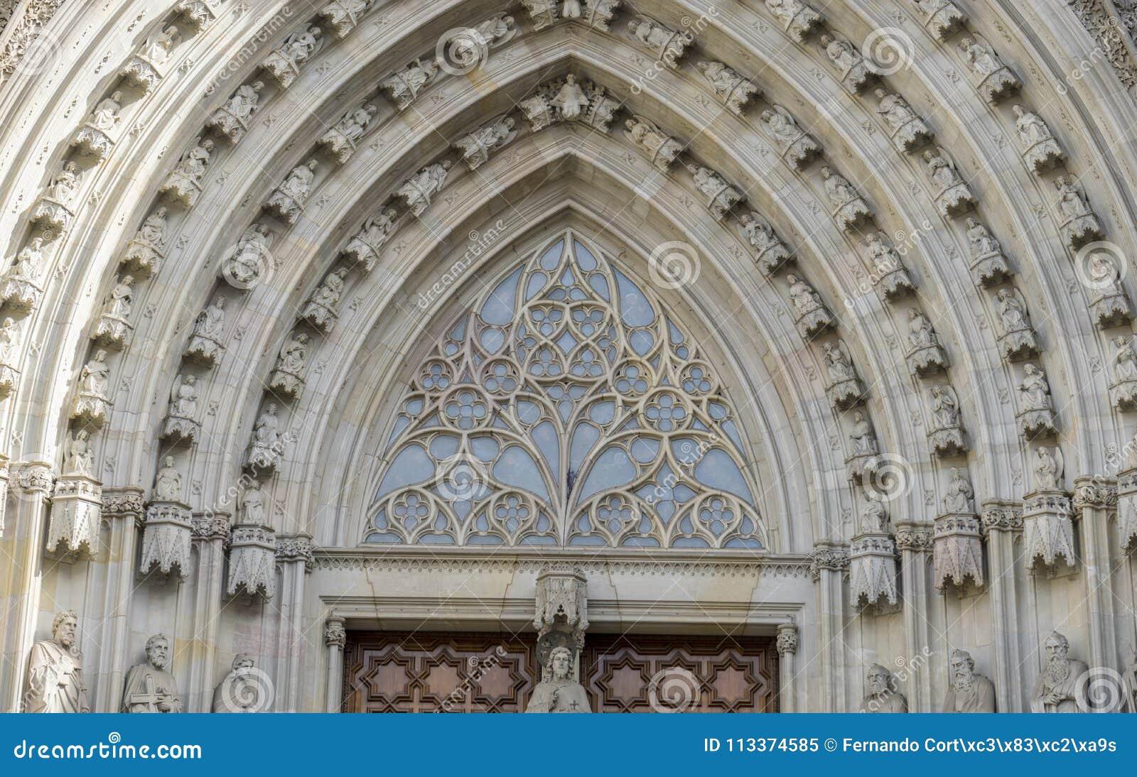 Главный вход, готический католический фасад Барселона Каталония собора