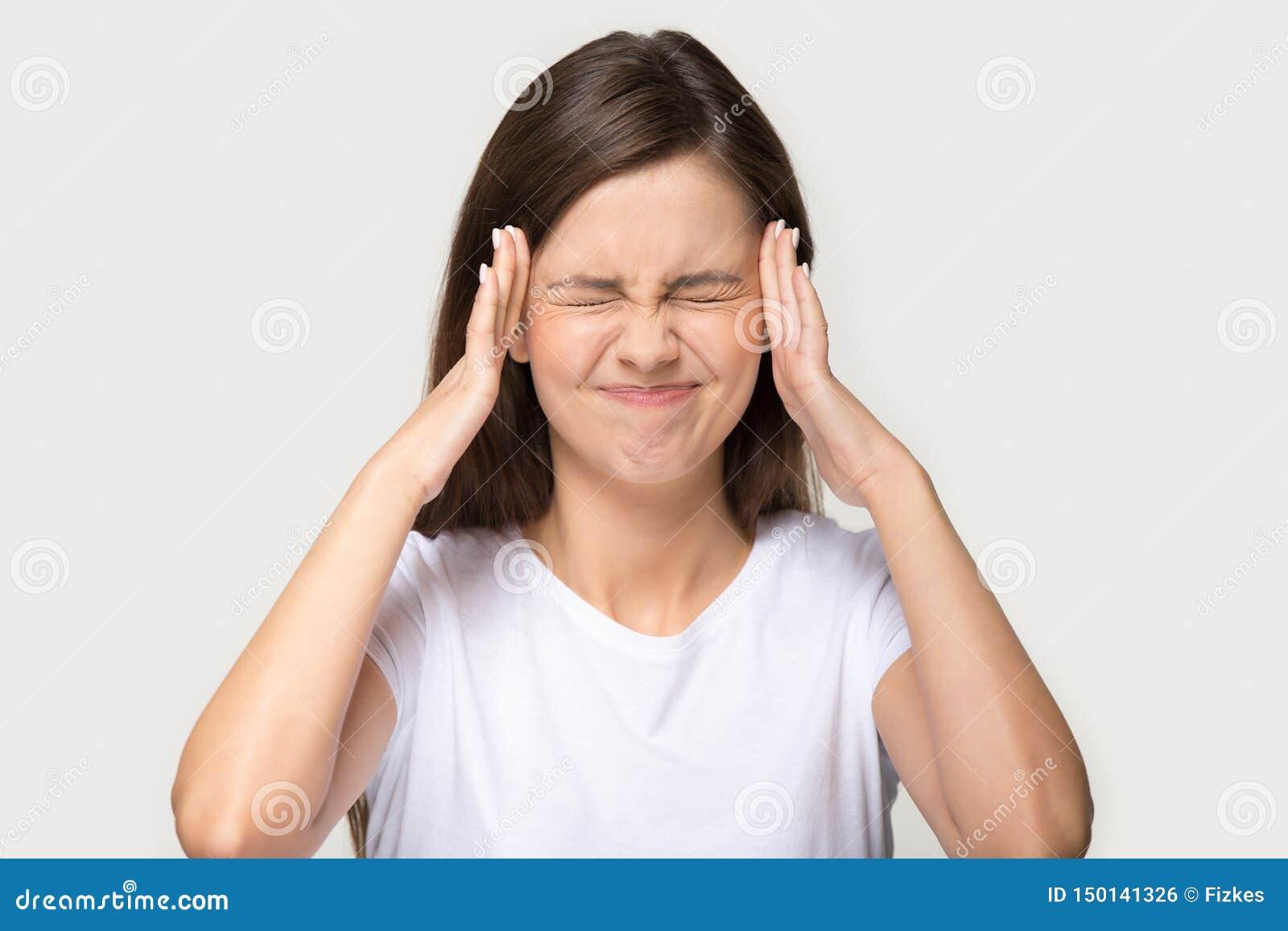 Главный снятый портрет усилил женщину касаясь вискам страдает от головной боли