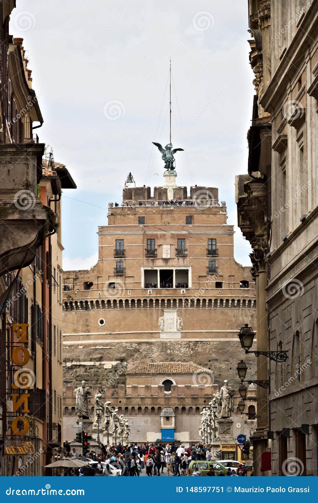 """Главный фасад Castel Sant """"Angelo с мостом над Тибром"""