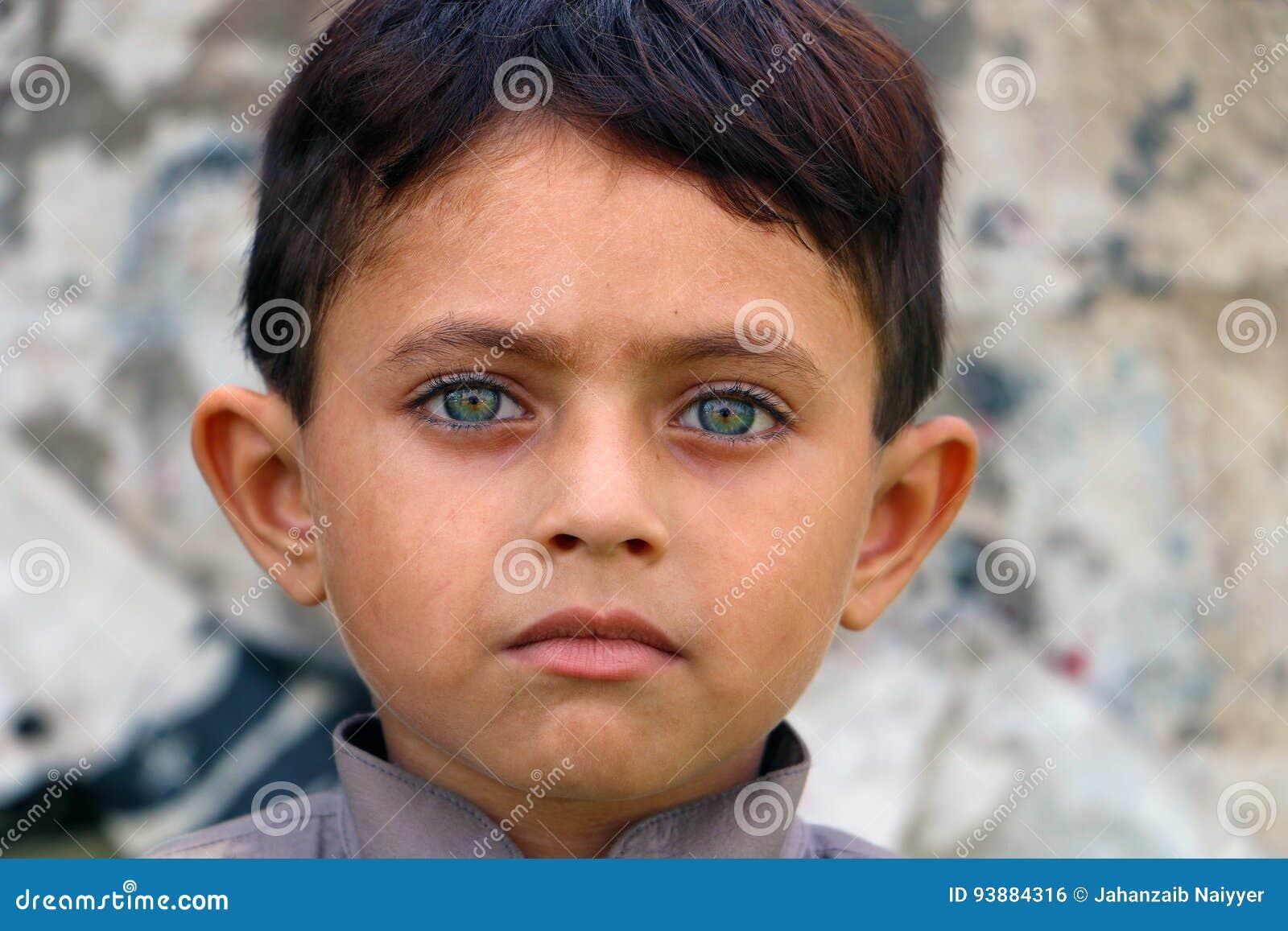 Глаза южного азиатского ребенка зеленые
