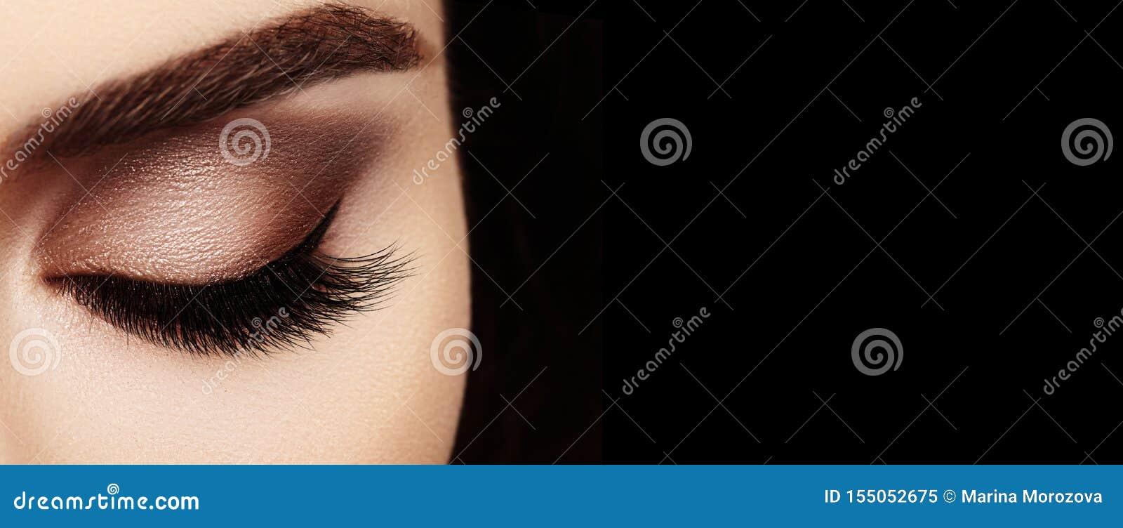 Глаз красивого макроса женский с весьма длинными ресницами и отпраздновать макияж Идеальный макияж формы, фасонирует длинные плет