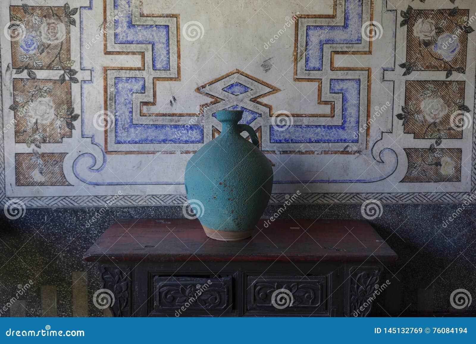 Глиняный горшок помещенный на старой таблице