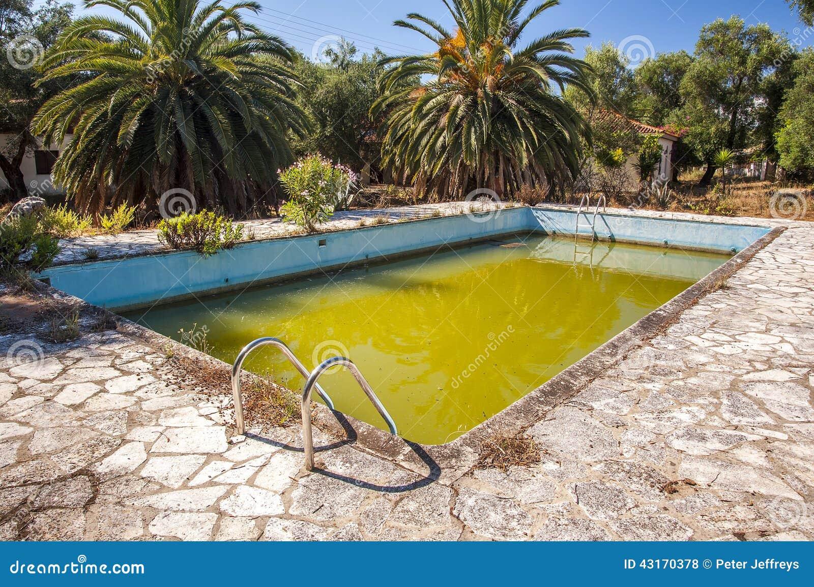 Гнилая зеленая вода в покинутом бассейне