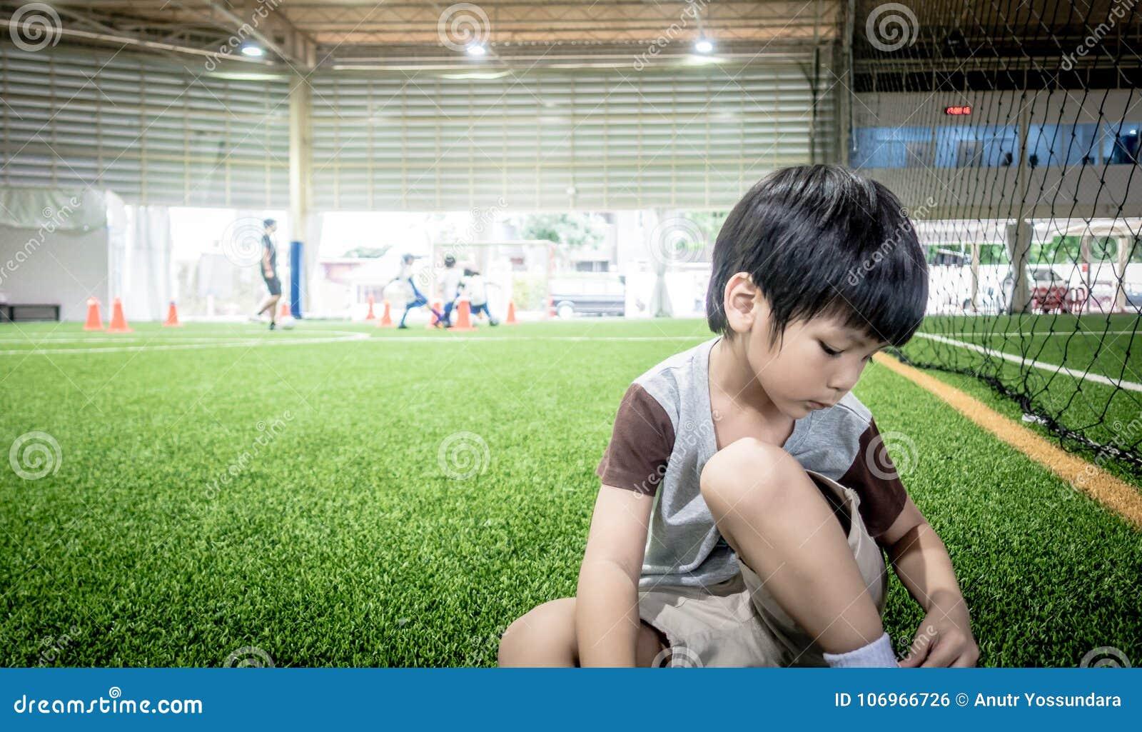 4 года старого мальчика практикуют на тренировочном поле футбола с космосом экземпляра