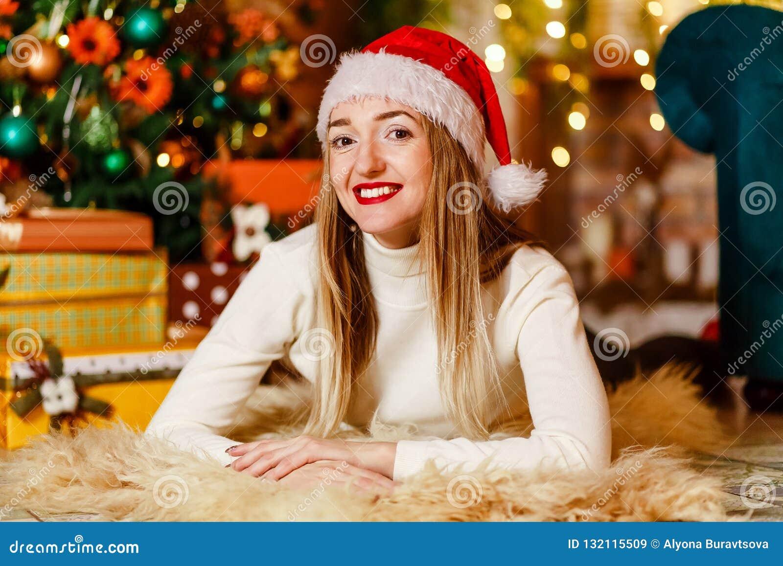 Годовалая красивая кавказская женщина 30 с красный усмехаться губ