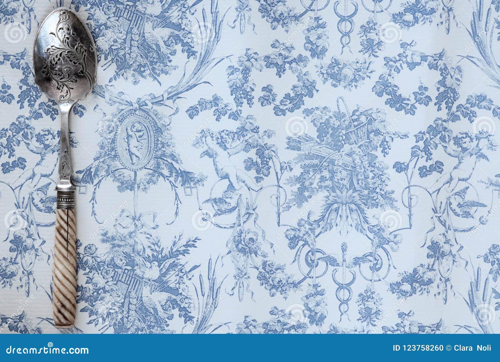 Год сбора винограда выгравировал ложку на свете - предпосылку голубой бумаги