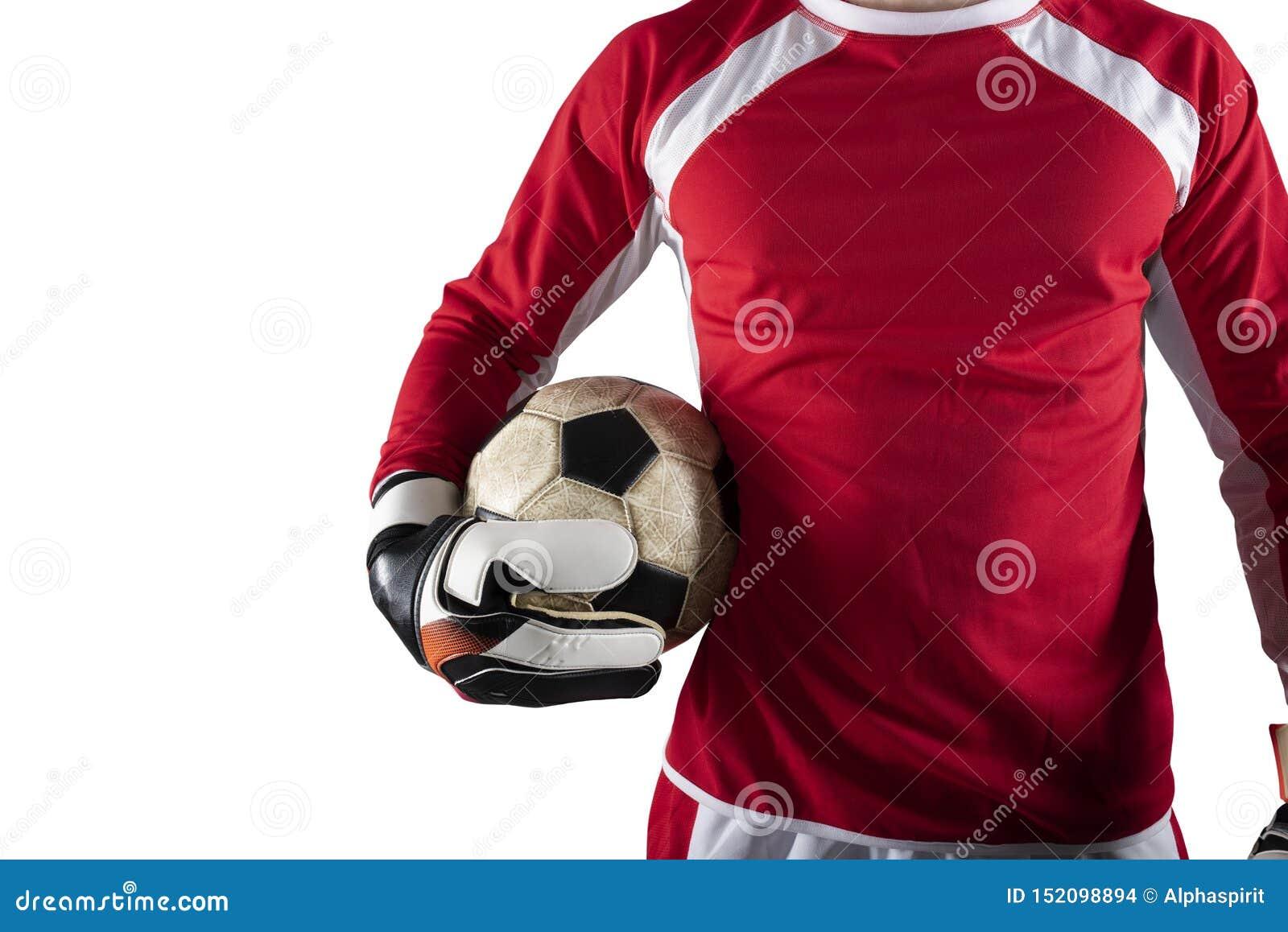 Голкипер держит шарик в стадионе во время футбольного матча r