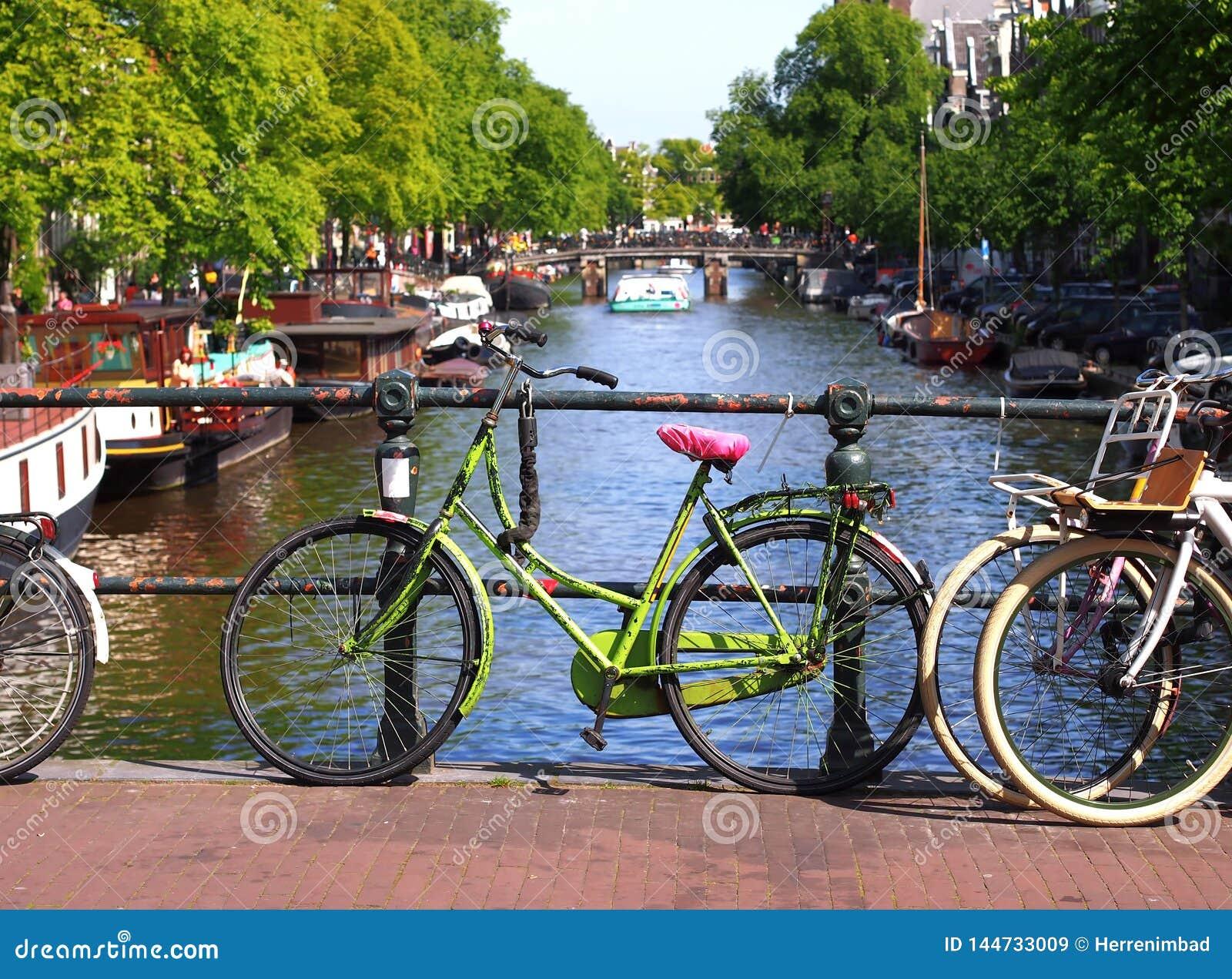 Голландский велосипед на мосте