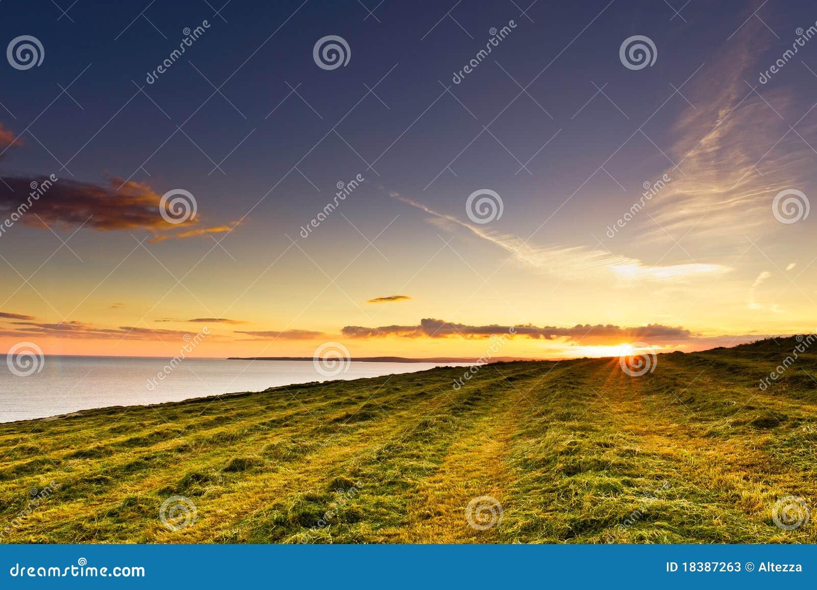 головное kinsale Ирландии старое над заходом солнца моря