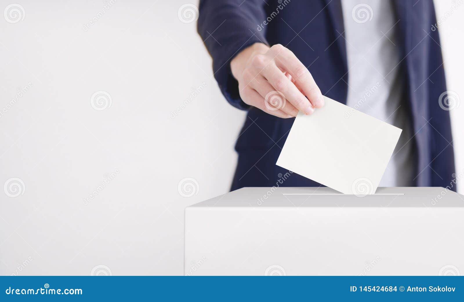 Голосование Человек кладя голосование в голосуя коробку