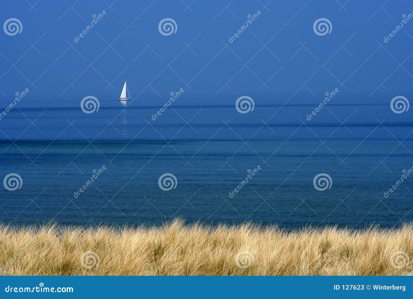 голубая белизна моря шлюпки