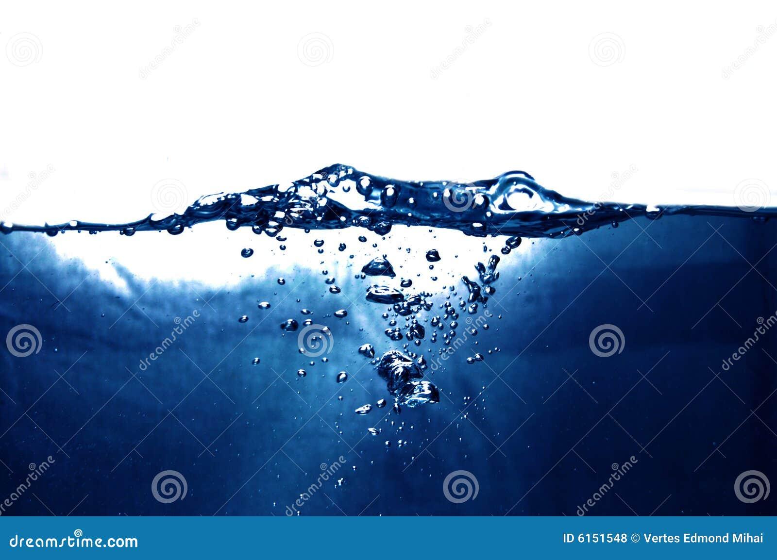 голубая вода пузырей