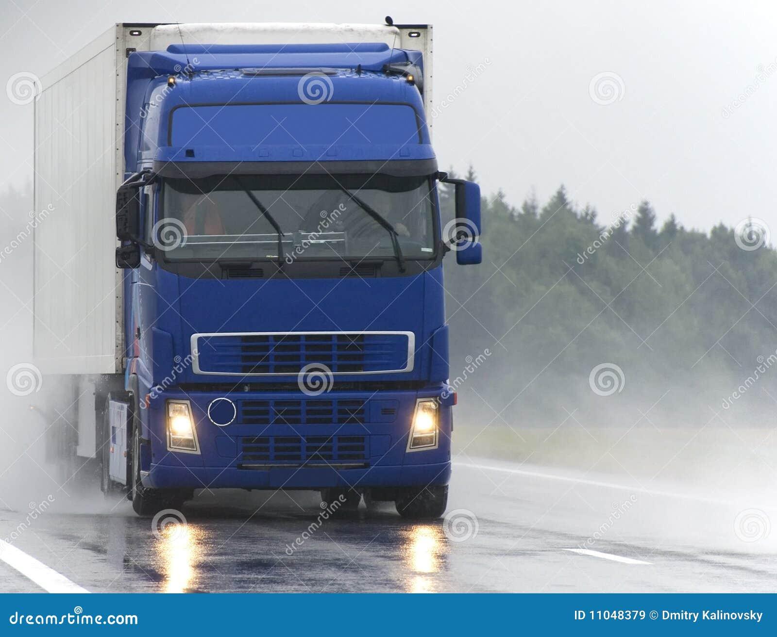 голубая дорога грузовика влажная