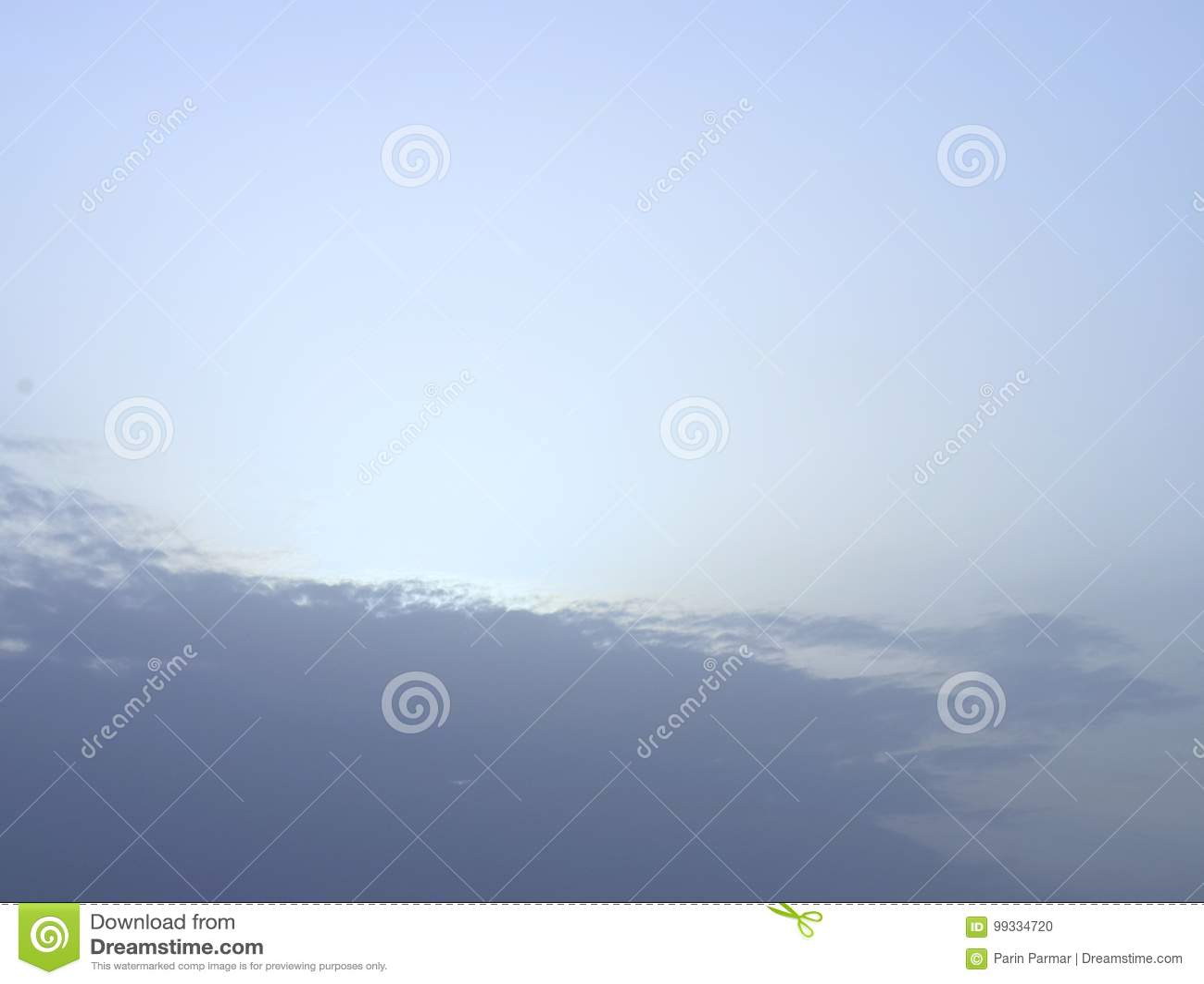 Голубая естественная предпосылка - свет за облаками в небе