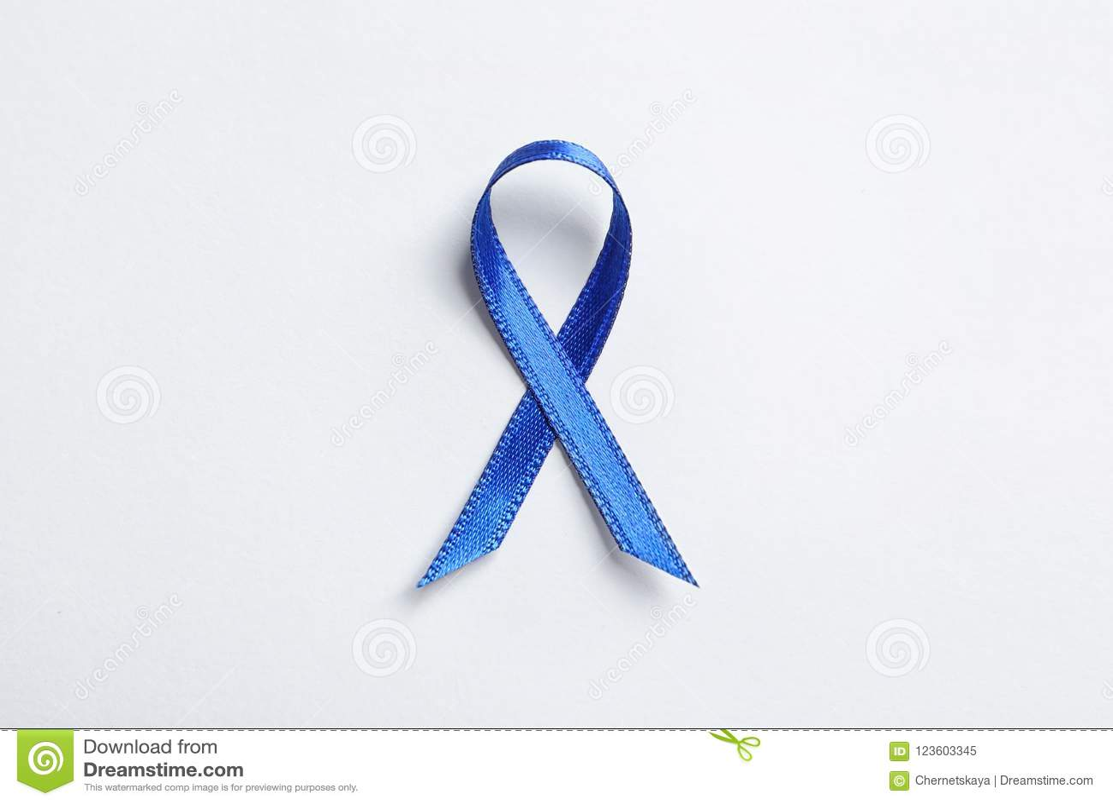Голубая лента на белой предпосылке, взгляд сверху Осведомленность Карциномы