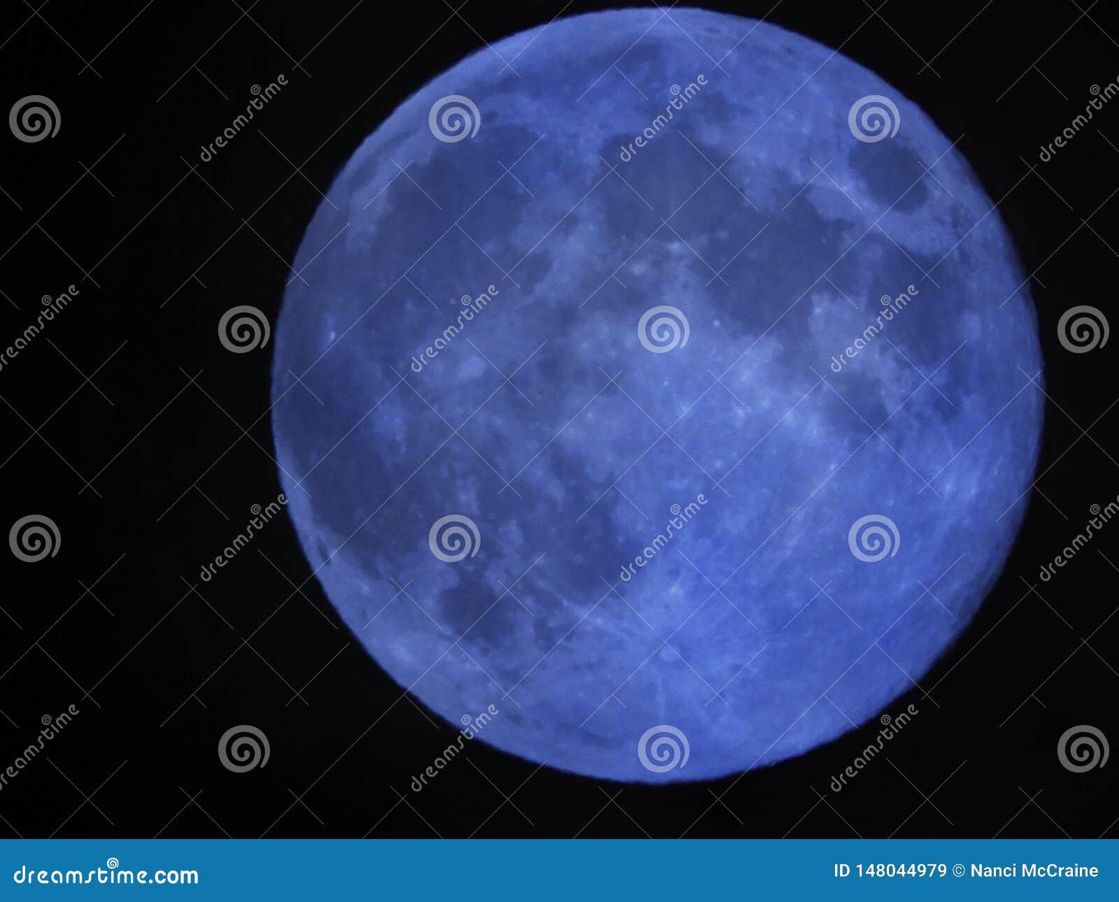 Голубая луна видимая в ночном небе