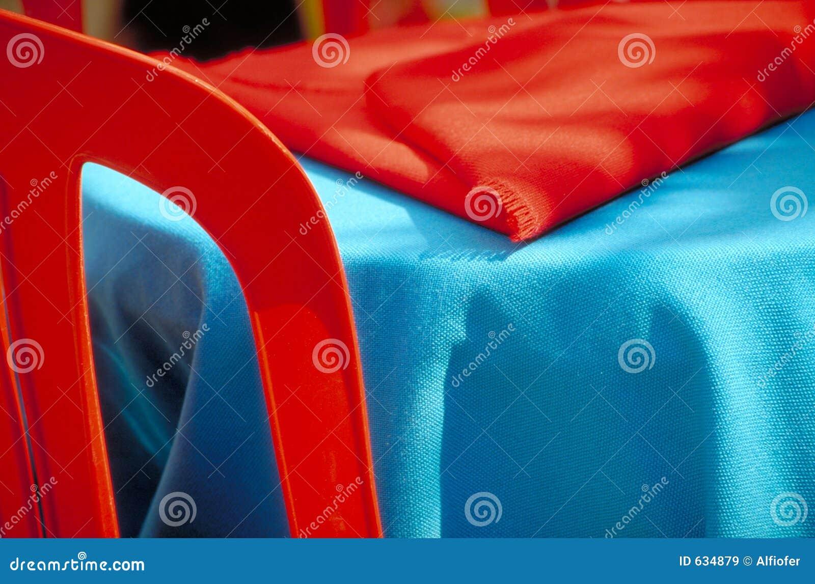 Download голубая таблица красного цвета стула Стоковое Изображение - изображение насчитывающей цветы, таблица: 634879