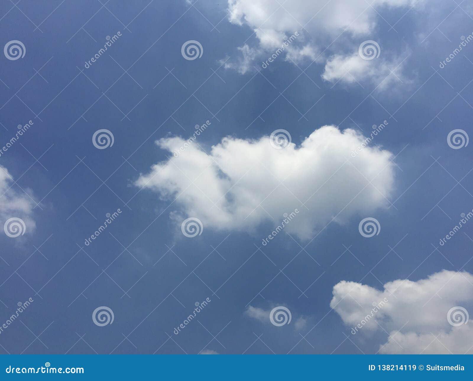 Голубое небо в среднем утра