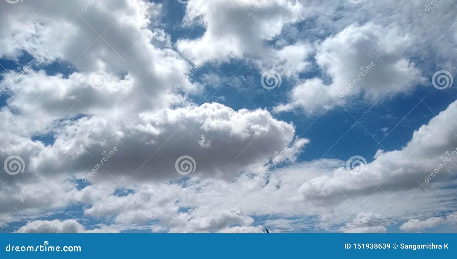 Голубое небо делает улыбку с белыми зубами